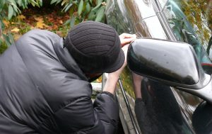 крадец разбива ключалка на кола