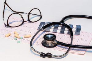 Медицински слушалки, хапчета и кардиограма