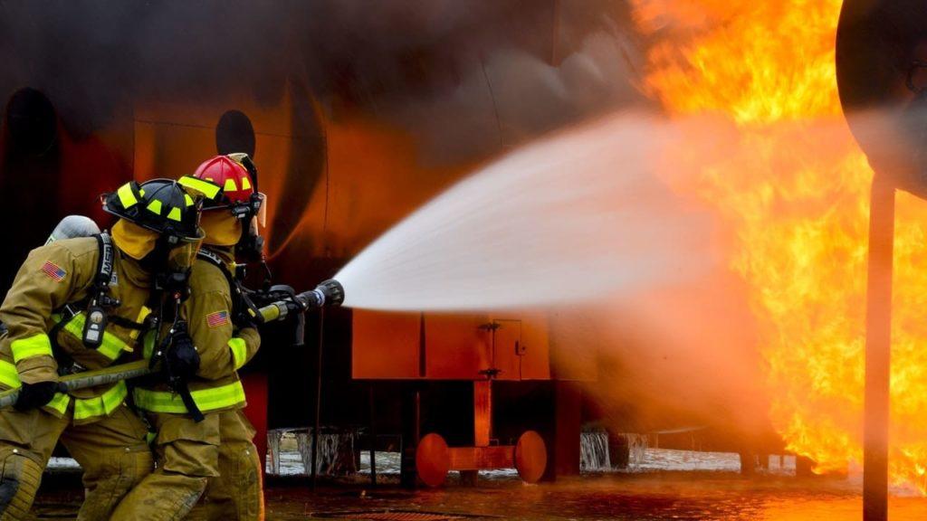 пожарникари гасят пожар
